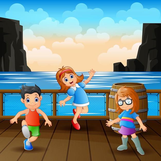 Dzieci Bawią Się W Drewnianym Porcie Premium Wektorów
