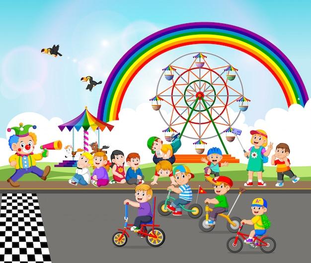 Dzieci Bawią Się W Pobliżu Karnawału I Jeżdżą Na Rowerze Premium Wektorów
