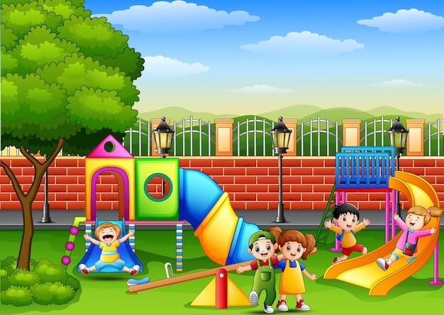 Dzieci bawiące się na placu zabaw Premium Wektorów