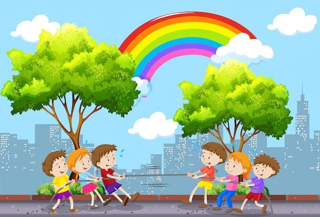 Dzieci bawiące się w przeciąganie liny w parku Darmowych Wektorów