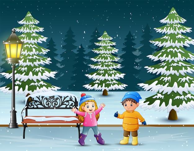 Dzieci Bawiące Się W Winter Park Premium Wektorów