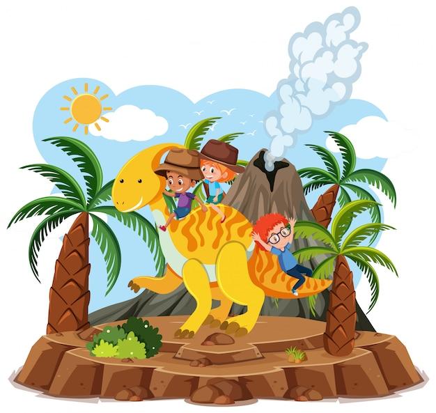Dzieci Jeżdżą Na Uroczym Dinozaurem Z Erupcją Wulkanu Na Białym Tle Premium Wektorów