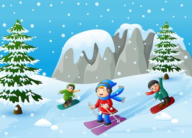 Dzieci Uprawiające Sporty Zimowe Na Wzgórzu | Premium Wektor