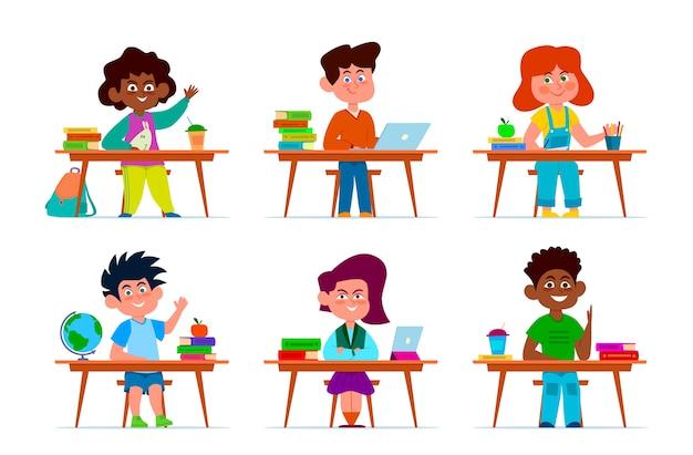 Dzieci W ławce Szkolnej. Uczniowie, Wieloetniczni Chłopcy I Dziewczęta Przy Stołach W Klasie. Dzieci Uczą Się, Postaci Z Kreskówek W Sali Edukacji Premium Wektorów