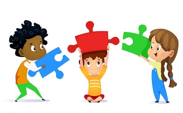 Dzieciaki łączą łamigłówka kawałki odizolowywających na bielu Premium Wektorów