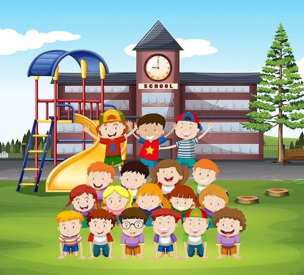 Dzieciaki Robią Ludzką Piramidę W Szkole Darmowych Wektorów