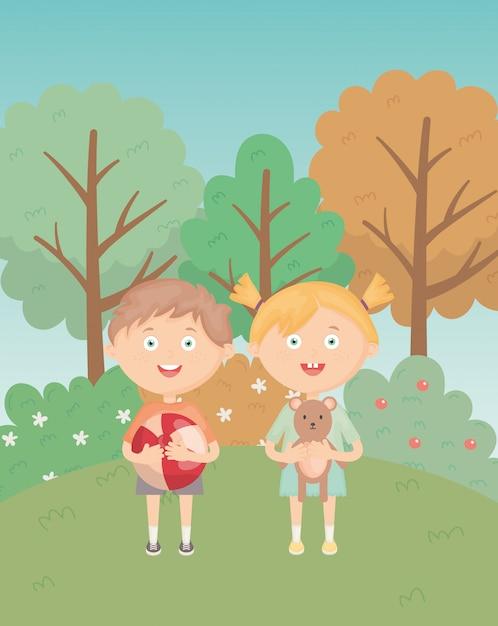 Dziewczyna i chłopak z piłką i misiem w parku trawy, zabawki dla dzieci Premium Wektorów