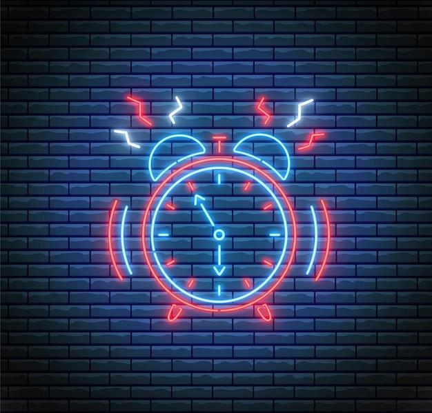 Dzwoniący Budzik W Stylu Neonowym. Pojęcie Czasu. Ilustracja światła Led. Zegar Na ścianie Z Cegły. Premium Wektorów