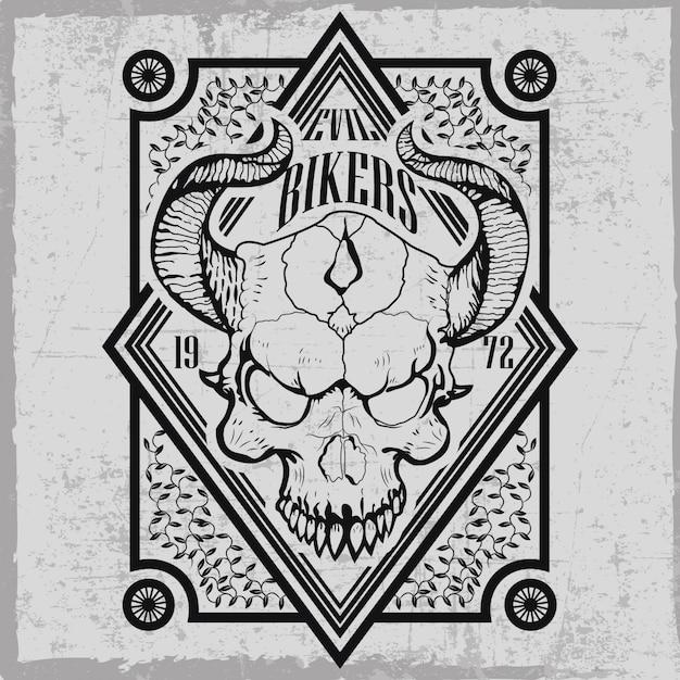 Etykieta złych rowerzystów z ręcznie rysowaną czaszką z rogami i dekoracjami Premium Wektorów