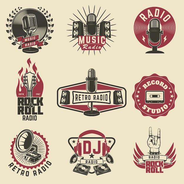 Etykiety Radiowe. Emblematy Radia Retro, Studio Nagrań, Rock And Roll. Mikrofon W Starym Stylu, Gitary. Premium Wektorów