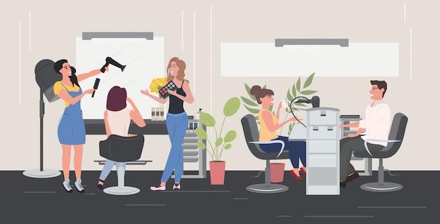 Fryzjerka Za Pomocą Suszarki Do Włosów Robi Fryzurę Swoim Klientom, Kobiety Testujące Paletę Cieni Do Powiek Paleta Piękności Wnętrze Poziomej Pełnej Długości Premium Wektorów