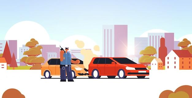 Funkcjonariusz Policji Używa Walkie-talkie Policjanta Stoi Blisko Uszkadzającego Samochodu Ruchu Drogowego Bezpieczeństwa Przepisów Usługa Wypadku Samochodowego Pojęcia Pejzażu Miejskiego Tła Płaskiego Horyzontalnego Pełnego Długość Premium Wektorów