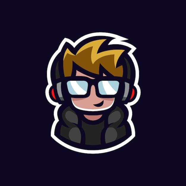 Gamer maskotka geek chłopiec esports logo avatar z słuchawki i okulary postać z kreskówki Premium Wektorów