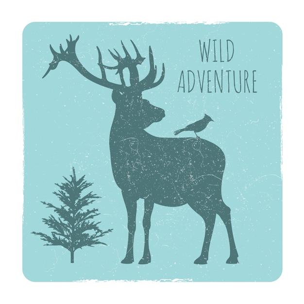 Godło przygody dzikiego lasu z sylwetką jelenia i ptaka Premium Wektorów