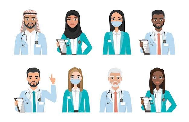 Grupa Lekarzy, Pielęgniarek I Ludzi Personelu Medycznego, Na Białym Tle. Różne Narodowości. Koncepcja Zespołu Medycznego Szpitala. Zestaw Znaków Ludzi Premium Wektorów