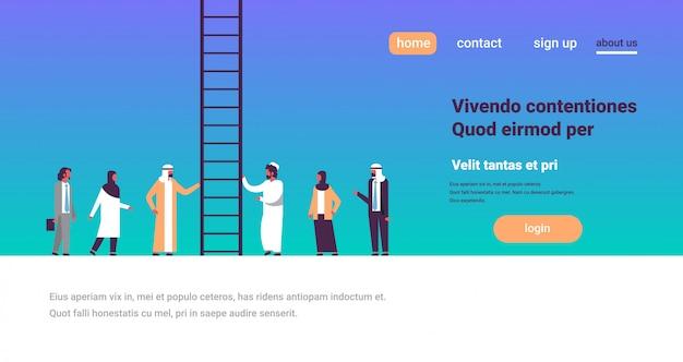 Grupa ludzi arabskich wspina się po szczeblach kariery, otwierając nowe możliwości pracy Premium Wektorów