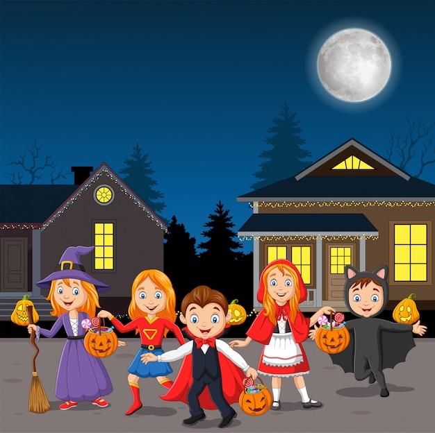 Happy halloween party dzieci noszących kostiumy Premium Wektorów