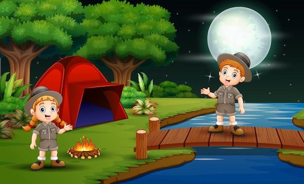 Harcerz i dziewczyna nocują w naturze Premium Wektorów