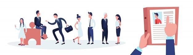 Hr ręka trzymać cv cv biznesmena nad grupą ludzi biznesu wybrać kandydata Premium Wektorów