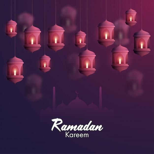 Iituje świece W Arabskich Lampionach I Sylwetkę Meczetu Na Fioletowym Tle Dla Islamskiego świętego Miesiąca Modlitw, Okazji Ramadan Kareem. Premium Wektorów