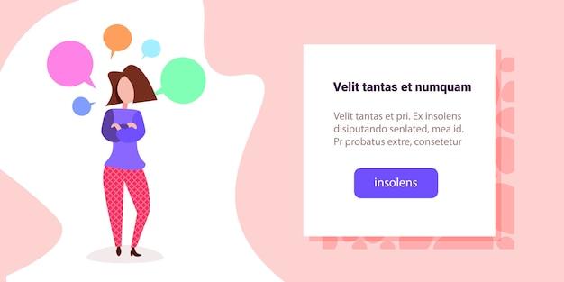 Ilustracja kobieta z kolorowymi bąblami czat Premium Wektorów