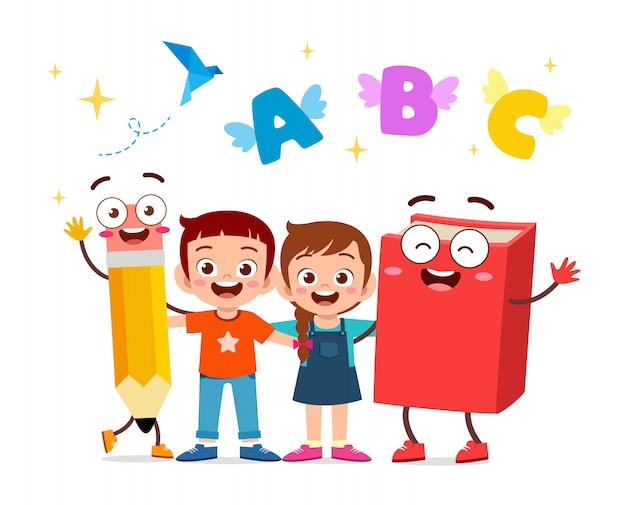 Ilustracja Szczęśliwi śliczni Dzieciaki Z Książką I Ołówkiem Premium Wektorów