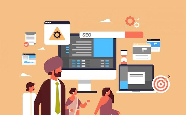 Indyjska para mężczyzna kobieta monitorowanie seo optymalizacja wyszukiwarka banner Premium Wektorów