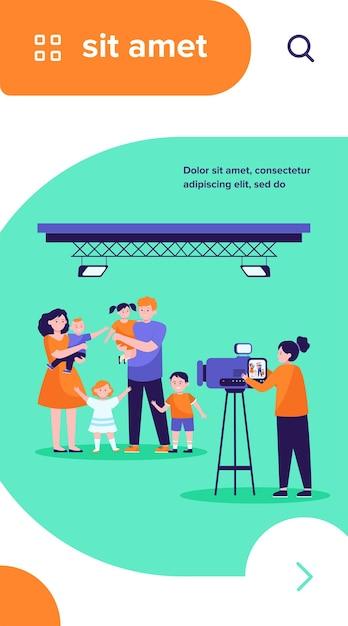 Kamerzysta Kręci Scenę Rodzinną W Studio Darmowych Wektorów