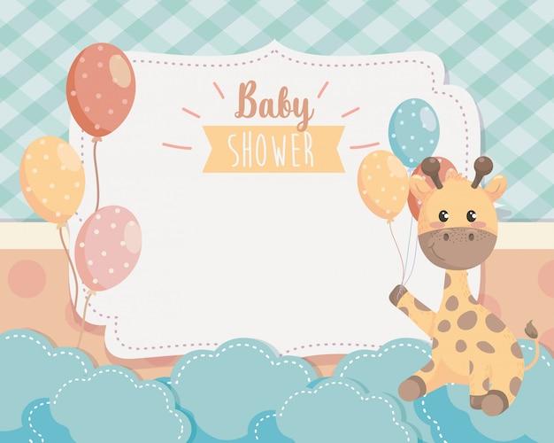 Karta śliczna żyrafa z balonami i chmurami Darmowych Wektorów