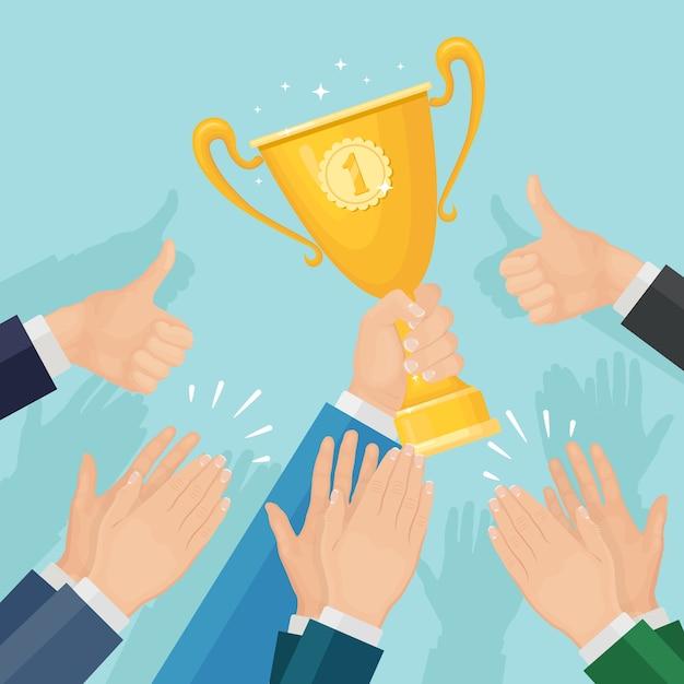 Klaskanie W Dłonie. Biznesmen Klaszcze Dla Zwycięzcy. Mężczyzna Trzyma Puchar Trofeum. Brawa, Wiwaty, Brawa Premium Wektorów