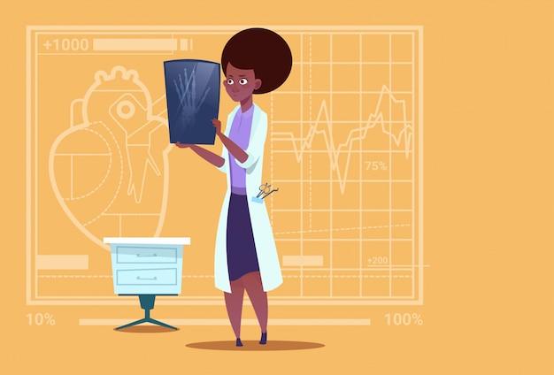 Kobieta African American Lekarz Bada Xray Medical Clinic Worker Hospital Surgery Premium Wektorów