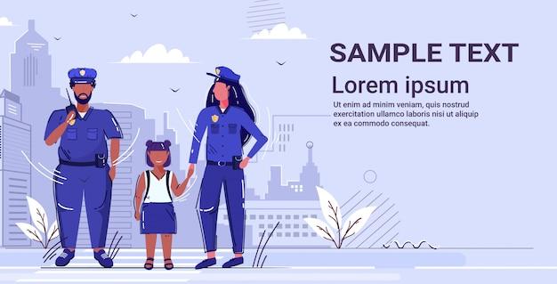 Kobieta Policjant Trzymający Rękę Mały Afroamerykanin Dziewczyna Policjant W Mundurze Za Pomocą Walkie-talkie Organ Bezpieczeństwa Sprawiedliwości Prawo Usługi Koncepcja Kopia Przestrzeń Premium Wektorów