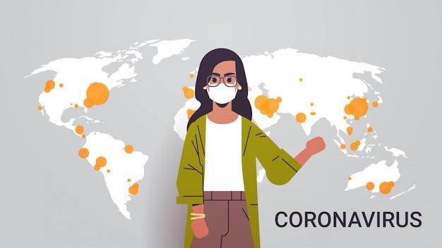 Kobieta Reporter Telewizyjny W Masce Na Twarzy Pokazujący Wybuch Mapy świata Rozprzestrzenianie Się Pandemii Koronawirusa Epidemia Infekcja Kraje Mers-cov Z Portretem Poziomym Covid-19 Premium Wektorów