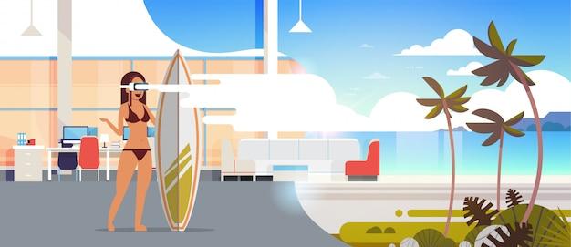 Kobieta Surfer Nosić Cyfrowe Okulary Trzymać Surfowania Pokładzie Wirtualnej Rzeczywistości Ocean Plaża Palmy Vr Wizja Zestaw Słuchawkowy Koncepcja Letnie Wakacje Mieszkanie Poziome Premium Wektorów