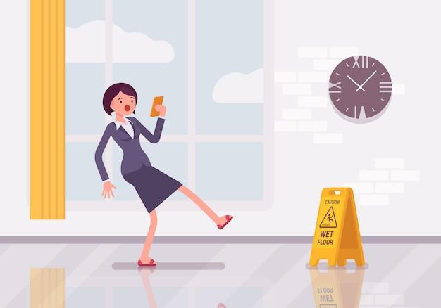 Kobieta z smartphone poślizgnie się na mokrej podłodze Premium Wektorów