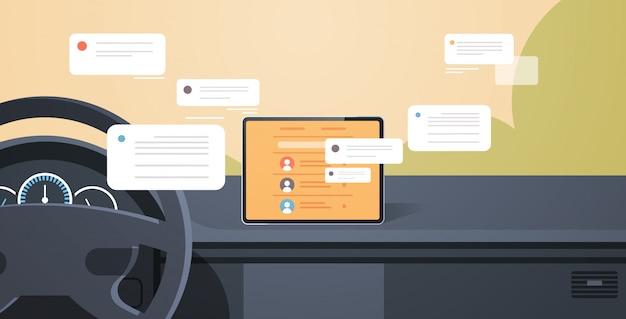 Kokpit Pojazdu Z Inteligentną Pomocą Kierowcy Komunikacja Sieci Społecznościowej Czat Wiadomości Czat Aplikacja Na Ekranie Komputera Pokładowego Nowoczesne Wnętrze Samochodu Premium Wektorów