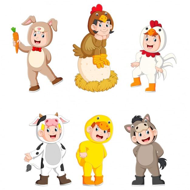 Kolekcja dzieci ubranych w słodkie stroje zwierząt gospodarskich Premium Wektorów