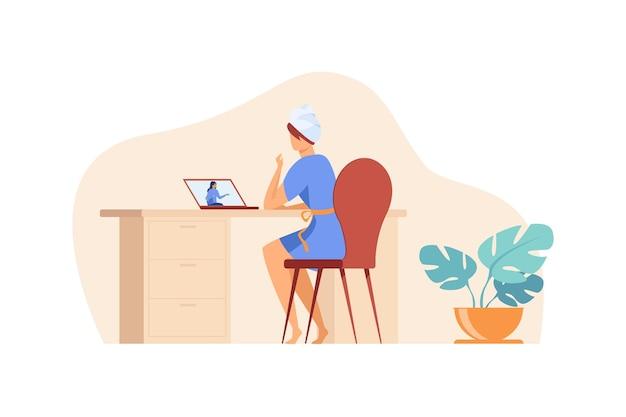 Koleżanki Na Czacie Online. Kobieta Z Ręcznikiem Na Głowie Za Pomocą Laptopa Do Rozmowy Wideo Płaskiej Ilustracji Darmowych Wektorów