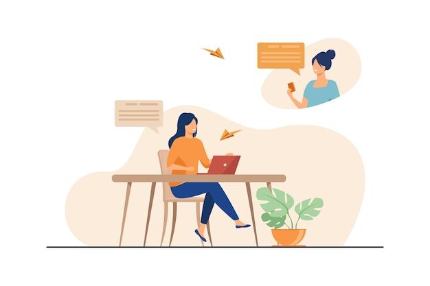Koleżanki Rozmawiają Online I Uśmiechają Się. Laptop, Komputer, Ilustracja Wektorowa Płaski Social Media. Komunikacja I Sieć Darmowych Wektorów