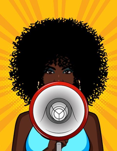 Kolorowa Ilustracja Amerykanin Afrykańskiego Pochodzenia Dziewczyna Z Głośnikiem W Jej Ręce. Stylowa Kobieta Mówi Megafonem. Portret Młodej Dziewczyny Z Kręconymi Włosami Z Ustnikiem Premium Wektorów