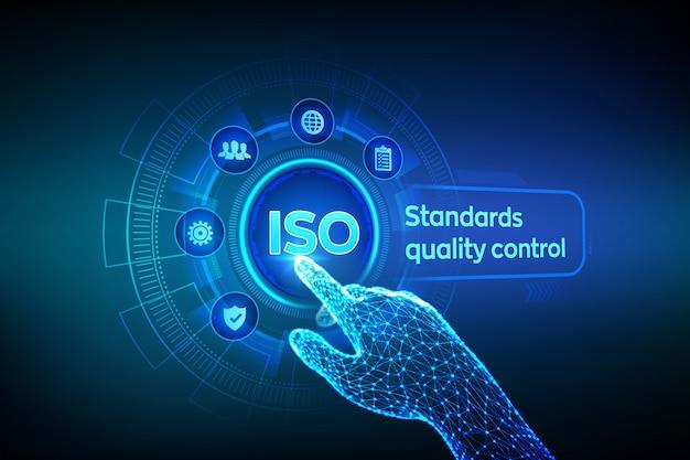 Kontrola Jakości Standardów Iso. Robotyczna Ręka Dotykająca Interfejs Cyfrowy. Premium Wektorów