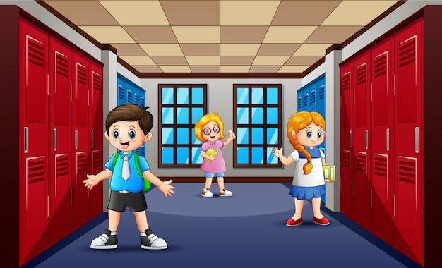 Kreskówka ucznia w szkolnym korytarzu Premium Wektorów