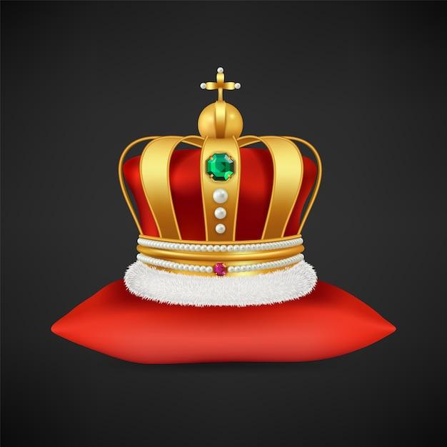 Królewska Korona . Realistyczny Luksusowy Złoty Symbol Monarchii, Antyczny Diadem Z Diamentami Na Ilustracji Czerwonej Poduszki Premium Wektorów