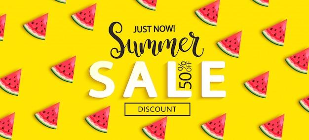 Lato Sprzedaż Arbuza Sztandar Na Kolorze żółtym Premium Wektorów