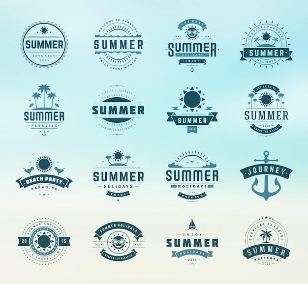 Letnie wakacje etykiety i odznaki projekt retro typografii Premium Wektorów
