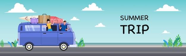 Letnie Wakacje Retro Van I Deski Surfingowe. Koncepcja Podróży I Ludzi - Uśmiechnięci Młodzi Przyjaciele Hippie W Samochodzie Minivan Na Plaży. Premium Wektorów