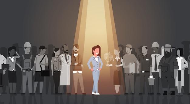 Lider bizneswomanu wyróżnia się spośród tłumu osobowego, spotlight zatrudnij zasoby ludzkie rekrutacja kandydat grupy ludzi biznesu koncepcji zespołu Premium Wektorów