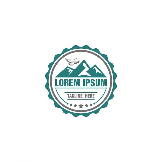 Logo adventure z zaokrąglonym kształtem z górą Premium Wektorów