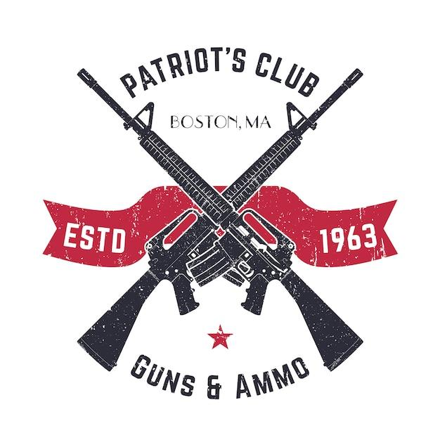Logo Klubu Patriots Vintage Ze Skrzyżowanymi Pistoletami, Vintage Znak Sklepu Z Karabinami Szturmowymi, Emblemat Sklepu Z Bronią Na Białym Tle Premium Wektorów