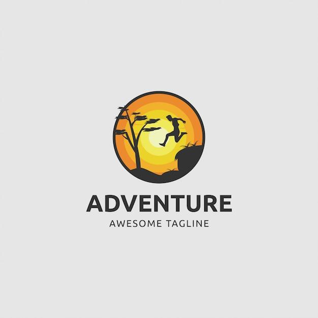 Logo przygody ze skaczącym mężczyzną wieczorem Premium Wektorów